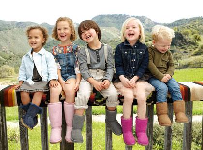 kinderen met Uggs schoenen